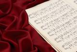 赤いシルクと楽譜