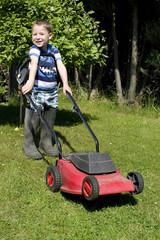 kleiner Junge mähr Rasen