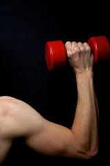 Schultertraining mit roter Kurzhantel