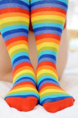Ringelstrümpfe in Farben des Regenbogens