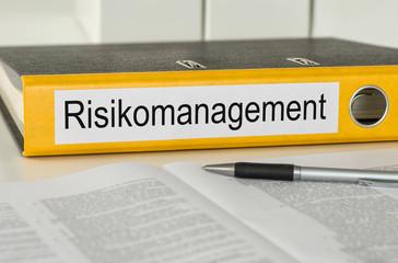 Aktenordner mit der Beschriftung Risikomanagement