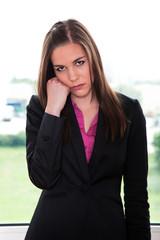 Junge Geschäftsfrau ist unzufrieden da gekündigt