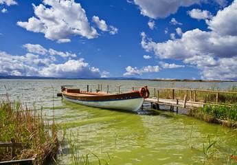 barca en el rio amazonas