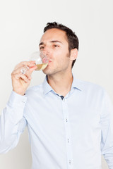 Mann trinkt Weisswein