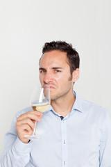 Somelier probiert Wein