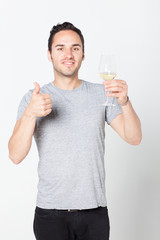 Mann probiert Weisswein