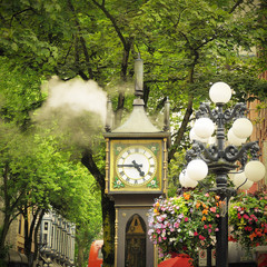 Historical steam clock in the center of Vancouver .