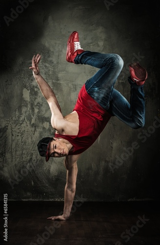 mezczyzna-tancerz-pokazuje-break-dancingowych-ruchow