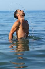 Schwimmer springt aus wasser