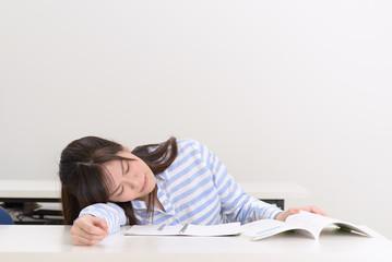 勉強に疲れた学生