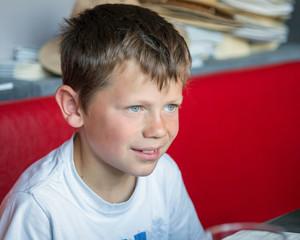 Enfant, souriant, regardant au loin (8-9 ans)
