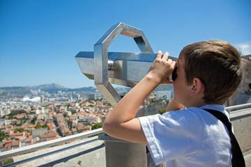 Marseille : Enfant regardant avec une longue vue