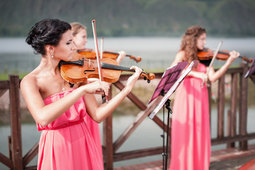 Girls plays violin