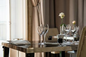Au restaurant : table préparée