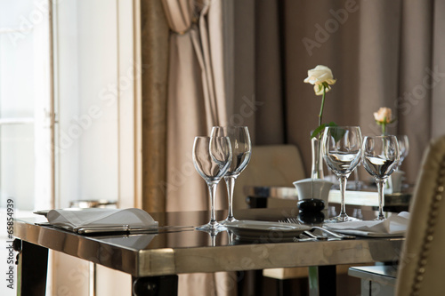 Au restaurant : table préparée - 65854939