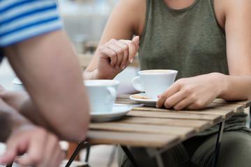 paar trinkt eine tasse kaffee im straßencafé