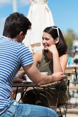 paar genießt die sonne in einem café
