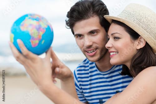 junge leute zeigen auf globus - 65859323