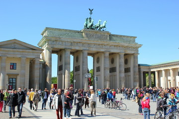 Touristen vor dem Brandenburger Tor am Pariser Platz in Berlin