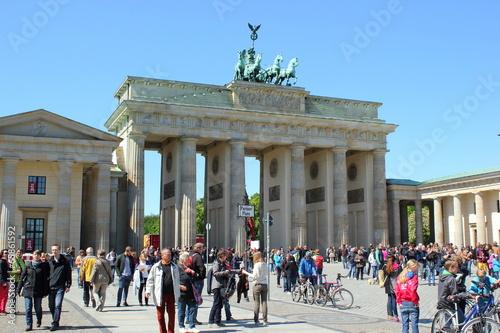 Staande foto Berlijn Touristen vor dem Brandenburger Tor am Pariser Platz in Berlin