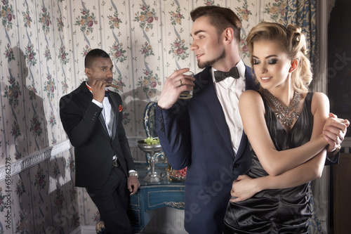 Piękna para na imprezie w luksusowym apartamencie