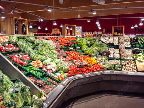 Gemüse im Supermarkt - 65872730