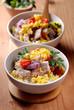 carne di maiale, verdure e uova strapazzate