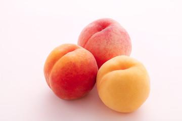 桃色のバックで桃の撮影