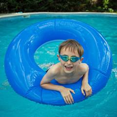 Piscine : Enfant jouant avec une bouée