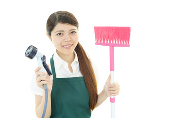 お掃除をする女性