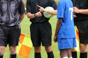 arbitres et joueurs au football