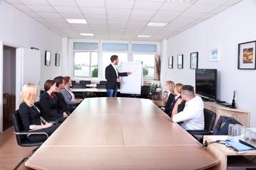 Geschäftsleute im Büro hören Redner zu