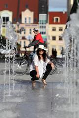 Dziewczyna, fontanna i kolarz.
