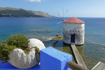 Windmühle auf Leros im Meer