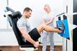 Leinwandbild Motiv Physiotherapeut behandelt Patient in Praxis