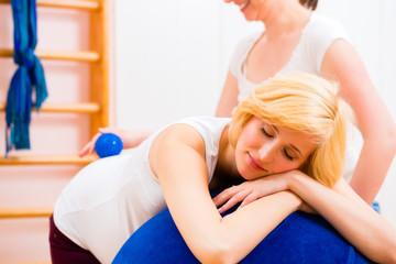 Hebamme bei Geburtsvorbereitung mit schwangerer
