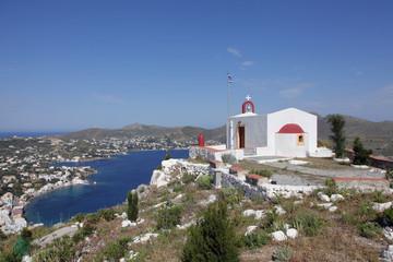 Kapelle auf einem Hügel mit Blick auf das Meer