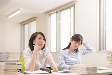 難しい問題をとく大学生二人