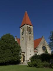 Blauer Himmel über der evangelisch reformierten Kirche Helpup