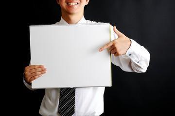 スケッチブックを持っているネクタイをした男性