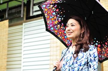雨宿りをしている女性