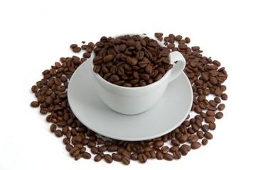 Kaffetasse mit Kaffeebohnen Draufsicht