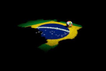 pallone con bandiere su erba forma di brasile