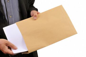 Homme vidant une enveloppe