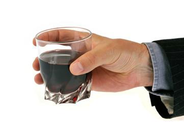 Un verre d'alcool à la main