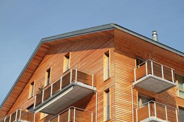 Betonbau mit Holzverkleidung
