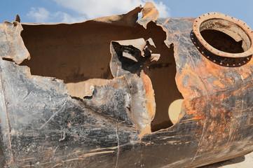 Ein ausgebauter und beschädigter Erd-Lagertank für Benzin