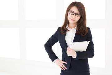 タブレットを見る女性 ビジネス