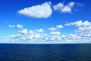 Wolkenhimmel auf See