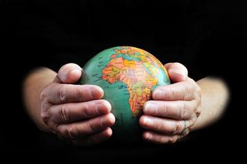 地球を持つ高齢の手